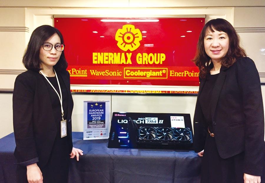 榮獲歐洲優秀電腦硬體獎的LIQTECH TR4 II,廣告媒體部課長邱蘭鈞(左)與產品企劃部副理張文綺。圖/江偉琳