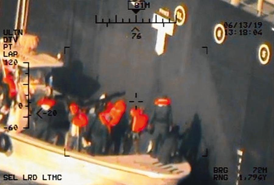 美軍17日公布新證據照片,據稱是「Kokuka Courageous號」油輪遇襲後,伊朗革命衛隊成員前去移除一枚未爆水雷的場景。(路透)