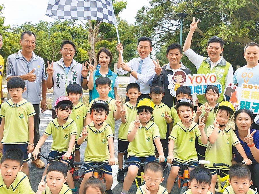 新竹市長林智堅(後排右四)18日與孩童一起宣傳23日在港南運河風景區登場的push bike親子運動日。(徐養齡攝)