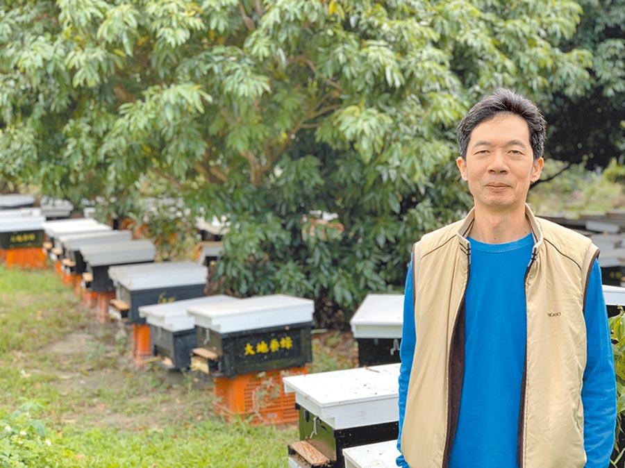 蜂農蔡聖朗學習蜜蜂採收花蜜餵飽自己,多餘與人類分享的精神,擔任南台中家扶中心扶幼楷模獲表揚。(盧金足翻攝)