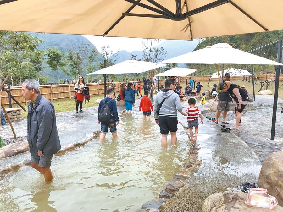 六龜寶來花賞公園原本僅有手足湯,高市觀光局正升級打造SPA泡湯池。    (柯宗緯翻攝)