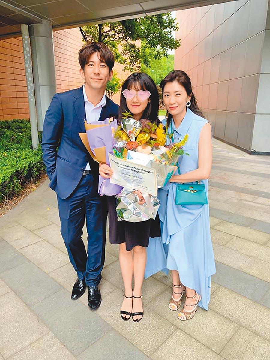 修杰楷(左)陪賈靜雯(右)前往上海出席Angel的畢業典禮。(取材自臉書)