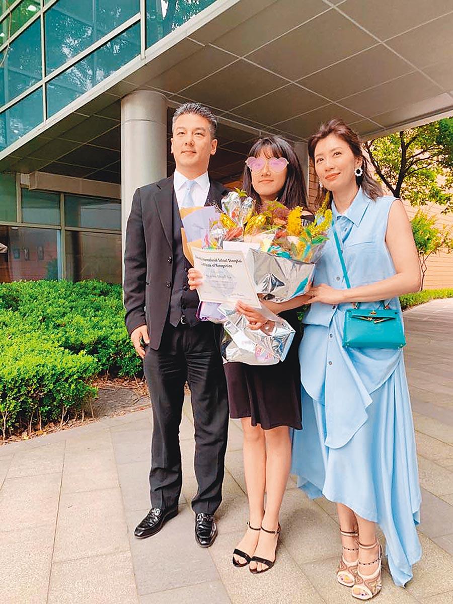 賈靜雯(右起)為了女兒Angel與離婚9年的前夫孫志浩世紀同框。(取材自臉書)