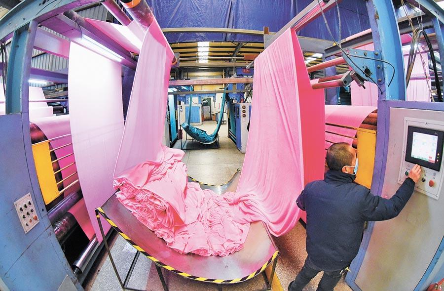1月7日,江蘇工人在銷往美國的毛絨面料生產線忙碌。(新華社)