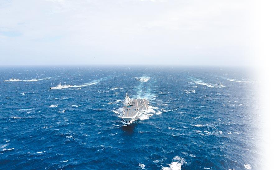 2016年12月26日,解放軍遼寧艦航母編隊向西太平洋航渡。(新華社)