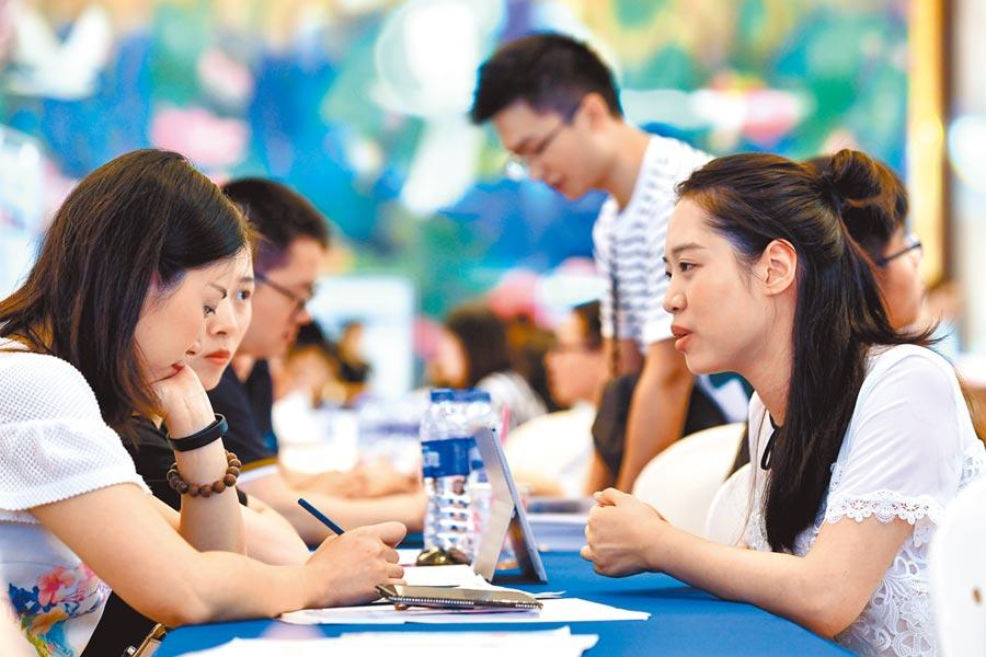 台灣專業人才就業創業暨台生實習見習對接會在廈門舉行,吸引不少台生。(中新社資料照片)