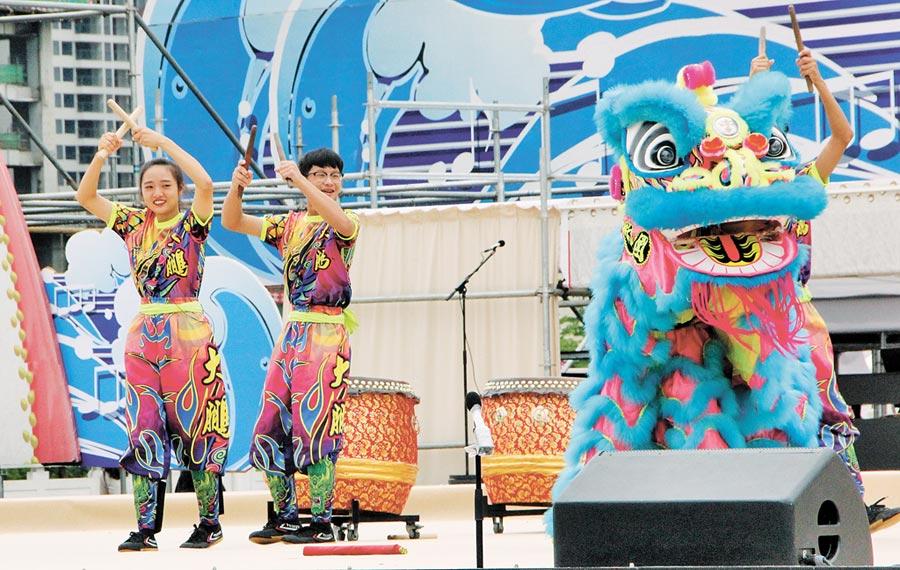 台灣舞獅戰鼓團表演活潑,不時與台下觀眾互動。(記者洪肇君攝)