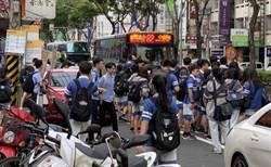 等公車要到馬路上等 明道學生搭公車與車爭道