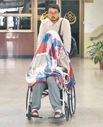 黃琪裝可憐 裹毯子坐輪椅出庭