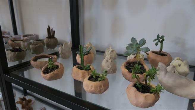 愛啟兒藏綠陶藝美術創作展,展售許多心智障礙青年們捏塑的小型陶藝品與實用小型器皿。(謝瓊雲攝)