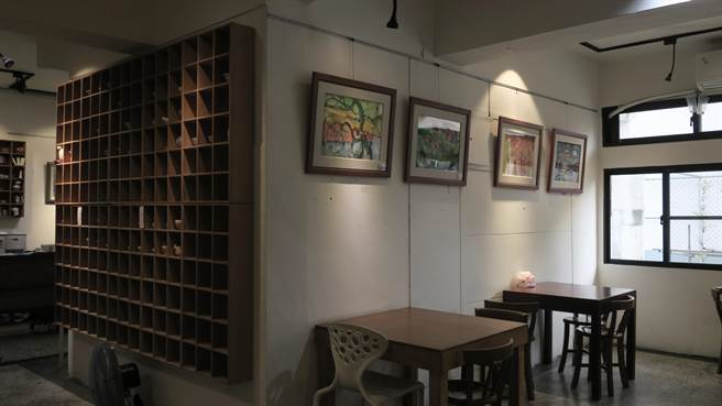 員林市藏綠陶藝簡餐館負責人石玉海,也是陶藝家,5年來義務指導愛啟兒們捏塑陶土,更出借餐館空間展售愛啟兒們近年來的創作成果。(謝瓊雲攝)