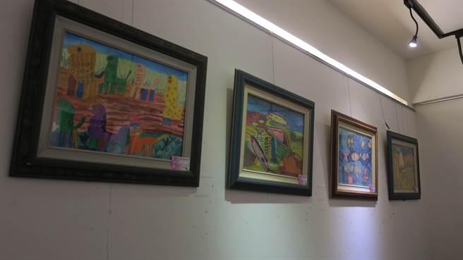 除了展售陶藝品,館內牆上也展示近30幅愛啟兒們的繪畫作品。(謝瓊雲攝)