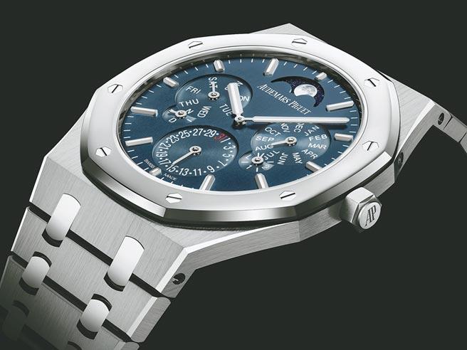 愛彼表創下世上最薄萬年曆紀錄的皇家橡樹超薄萬年曆自動上鍊腕表,即起正式登台。(Audemars Piguet提供)
