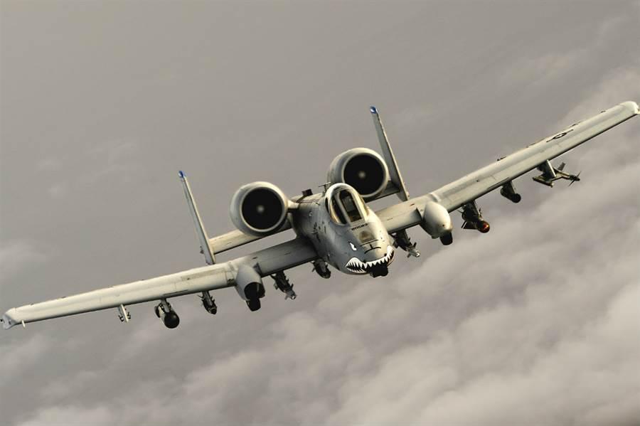 生產於1970年代的美國空軍A-10攻擊機再經升級延壽後要服役至2030年代。(圖/美國空軍)