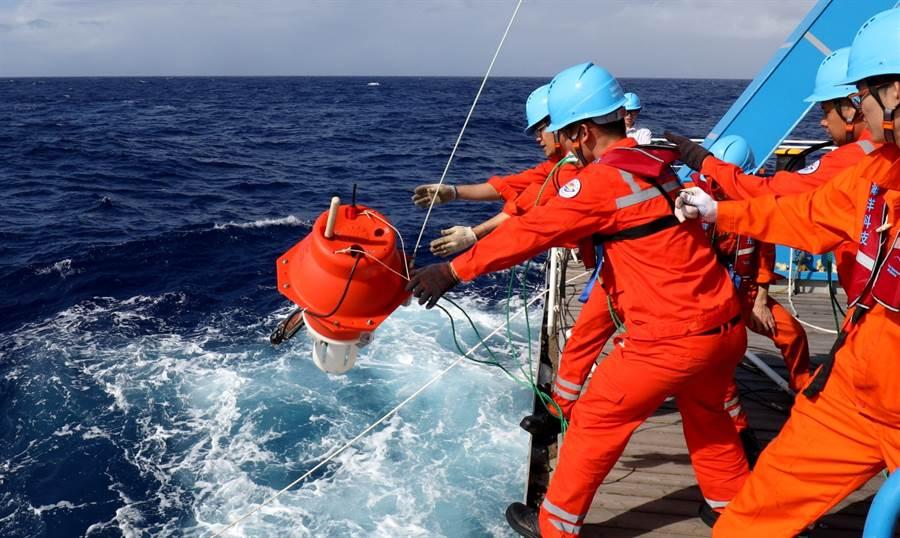 中方考察隊員在「沈括」號上布放4500米級大深度剖面浮標,成功進行基於北斗衛星通信系統的浮標海試。(新華社)