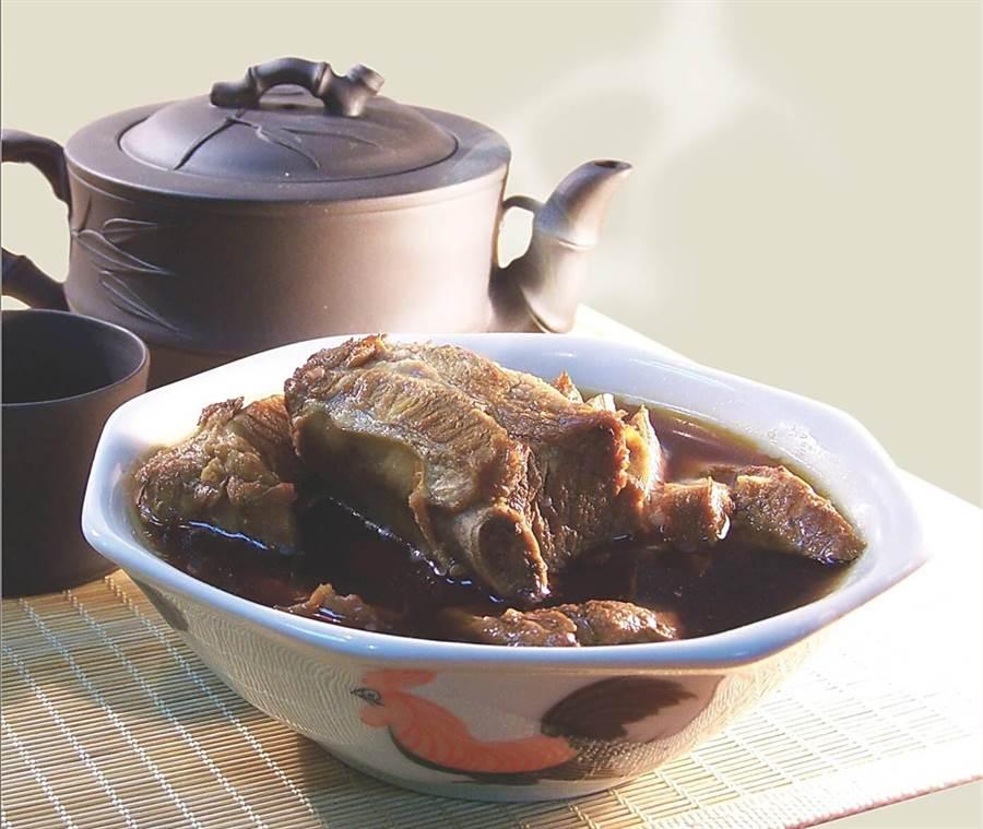 為讓食饕品味老味道與好味道,台北米其林三星餐廳讓賣〈肉骨茶〉了。(圖/君品酒店)