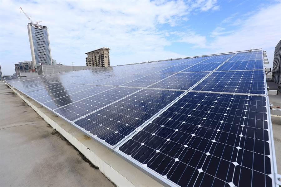 台中市政府市政中心屋頂太陽能發電裝置。(陳世宗翻攝)