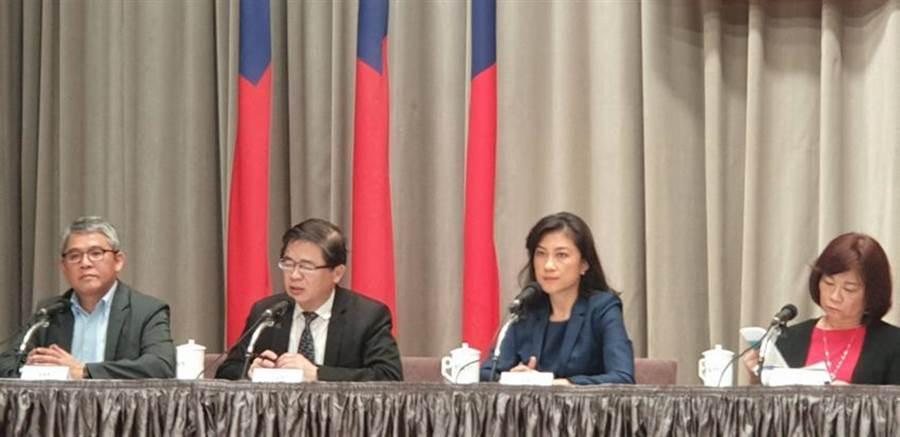 內政部政次花敬群(左一)在行政院會後記者會,說明社會主宅第二階段規劃情形。圖:呂雪彗