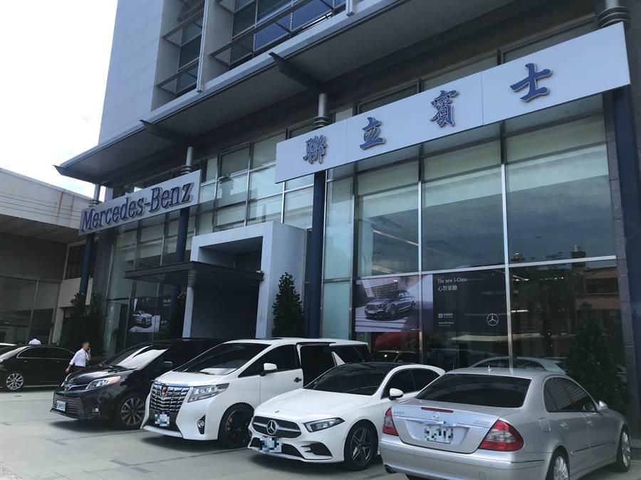新竹市政府20日鐵腕拆除聯立賓士展售中心後方違建廠房,第1階段先在5樓鑽空約3平方米的樓地板。(陳育賢攝)