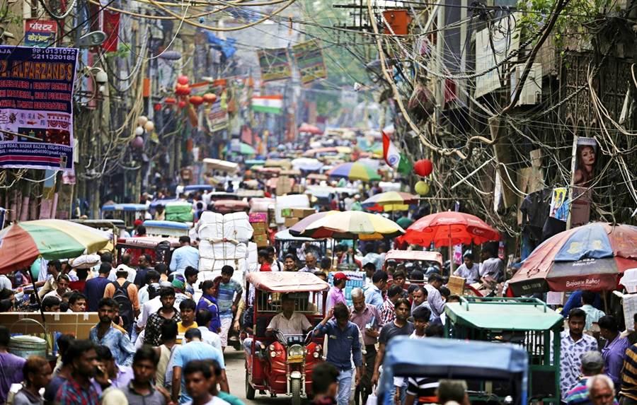 聯合國報告預測,至2027年,印度將超越中國大陸,成為全球人口第一大國。(圖/美聯社)