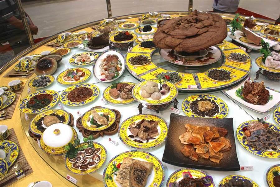 示意圖,由中國觀賞人協會帶來的「滿漢全席」68道石料理,細膩雕工,十分逼真。(張祈攝)