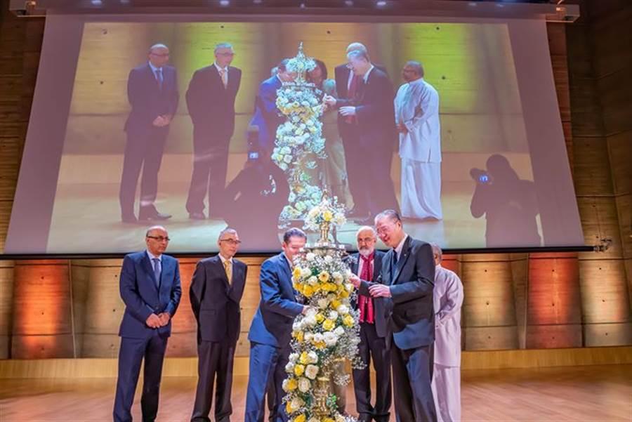盧軍宏教授與聯合國官員、各國嘉賓為本次盛會點燃聖燈揭幕。(澳洲東方傳媒弘揚佛法慈善機構)