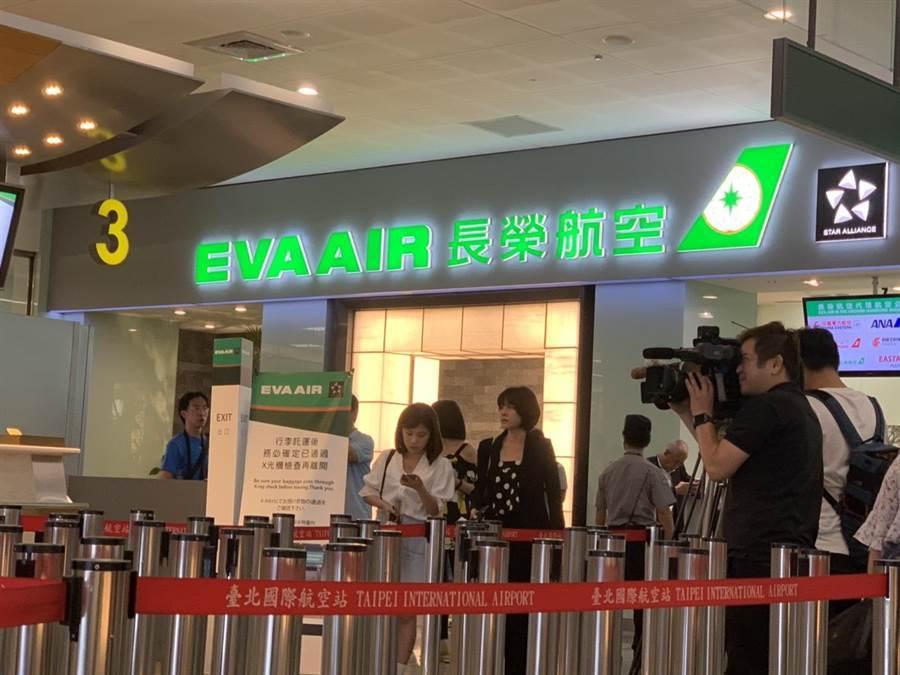 下午3時起,桃園機場長榮櫃台開始安排旅客排隊動線。(李宜秦攝)