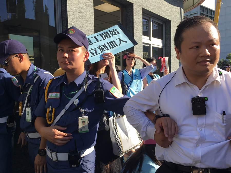 長榮工會成員企圖闖入長榮南崁總部,現場爆發嚴重推擠。 (甘嘉雯/攝)
