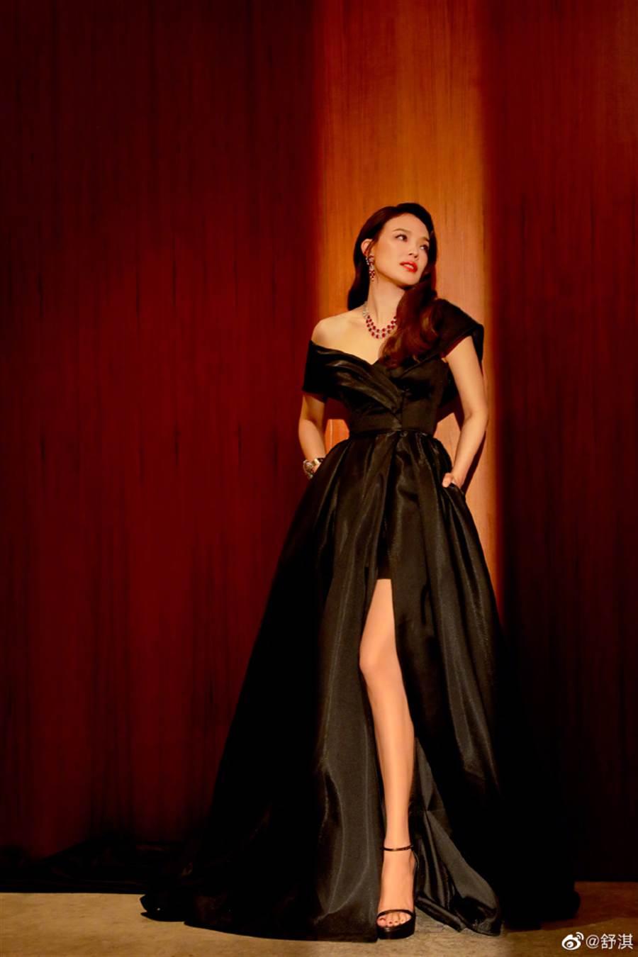 舒淇佩戴寶格麗Heritage典藏系列珠寶優雅亮相,以鉑金與紅寶石,綻放出甜蜜歡愉的義式風情。(圖/翻攝自微博@舒淇)