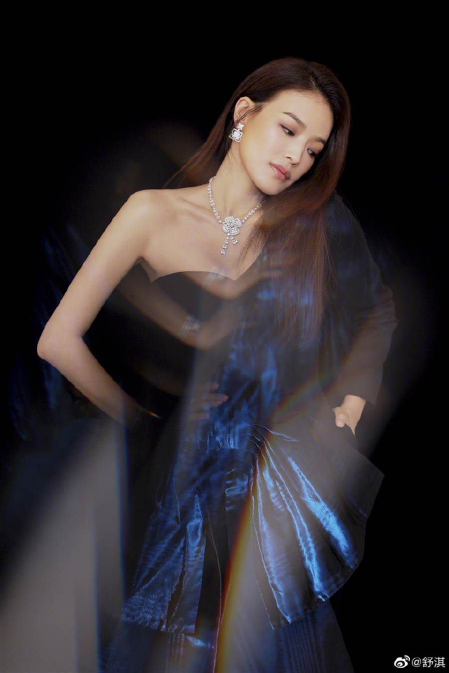 舒淇配戴Fiorever系列頂級珠寶,熱情演繹出八瓣花的甜蜜歡愉與靈動璀璨,點亮 她優雅自信的迷人個性。(圖/翻攝自微博@舒淇)