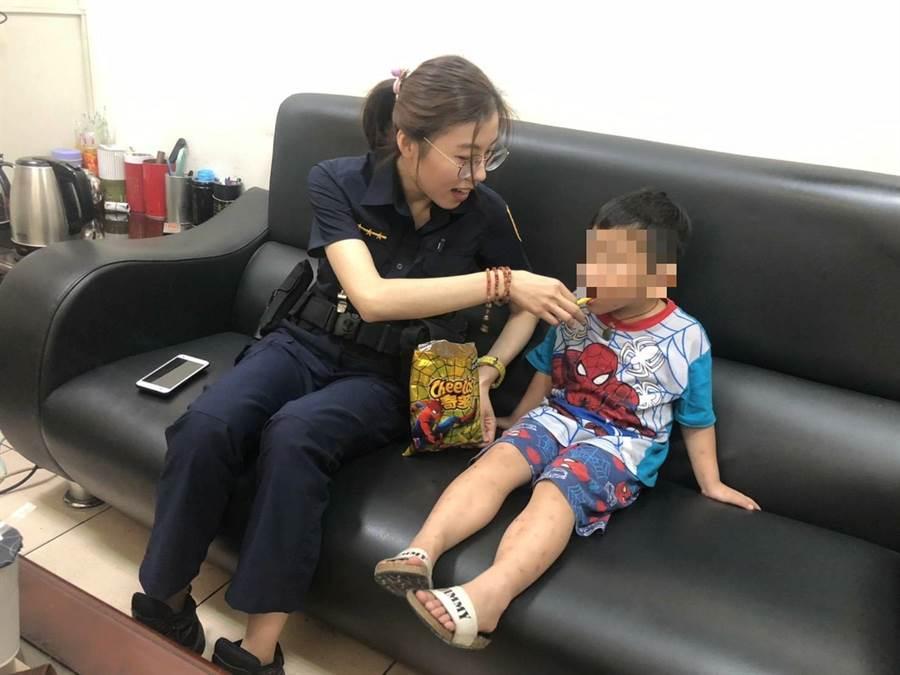 3歲男童獨自徘徊在超商內,員警將他帶回所內,買零食、陪聊天安撫男童不安情緒。(黃國峰翻攝)