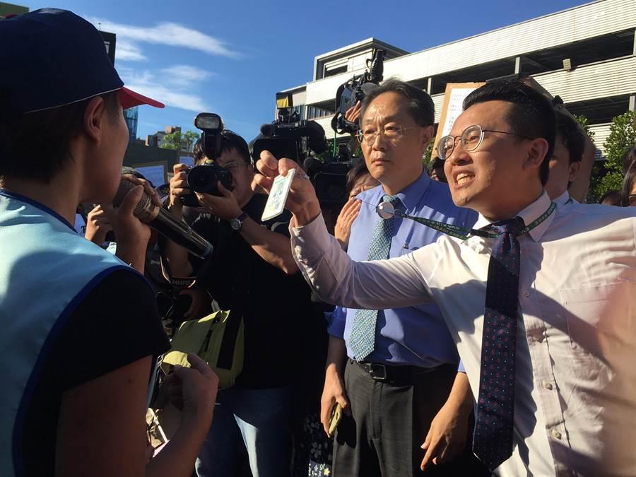 長榮航部份員工要抗議的人員回機場,不要霸凌旅客搭機權益。(甘嘉雯攝)