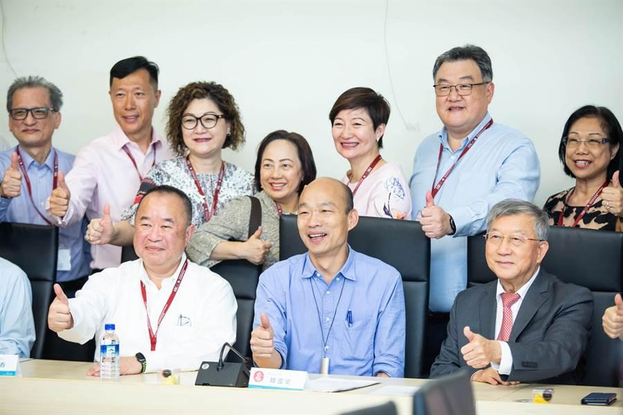 韓國瑜再度扮演超級推銷員,向香港總商會成員大力行銷高雄產業,期盼帶入更多港商投資。(袁庭堯攝)