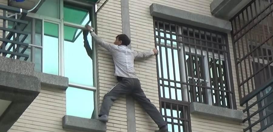 武姓越南移工為逃避追捕,不怕危險在大樓外牆攀爬,從四樓爬到二樓,跳進民宅窗戶,仍遭逮捕。(移民署台南專勤隊提供)