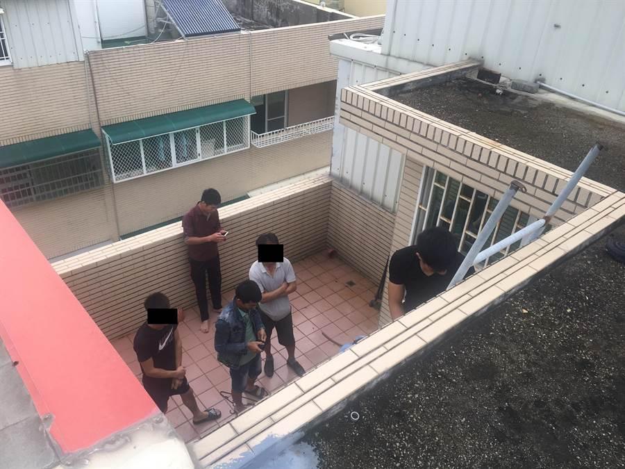 數名越南失聯移工逃到天台躲藏,仍被移民署官員甕中捉鱉逮獲。(移民署台南專勤隊提供)