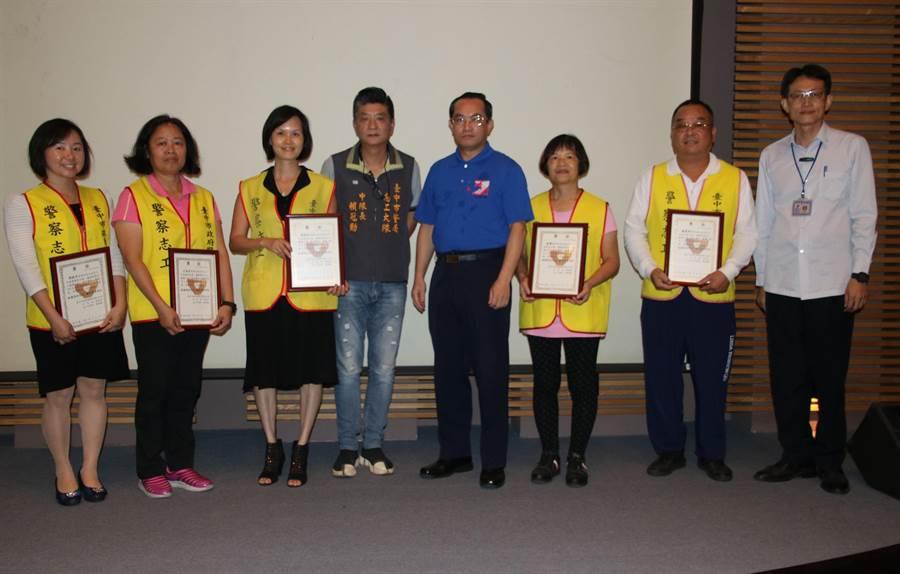 感謝警察志工默默服務,中市警四分局表揚績優志工,由副分局長王偉益(右4)代表頒發感謝獎牌。(黃國峰翻攝)