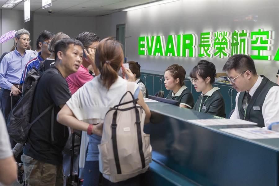 工會宣布罷工,下午3時起。桃園機場長榮櫃台開始安排旅客排隊動線,地勤人員疲於奔命,處理旅客簽轉及退票事宜。(陳麒全攝)