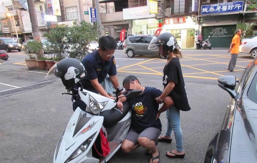 一名男子腹痛難忍,騎機車載著妻小直奔警局求助。(邱立雅翻攝)