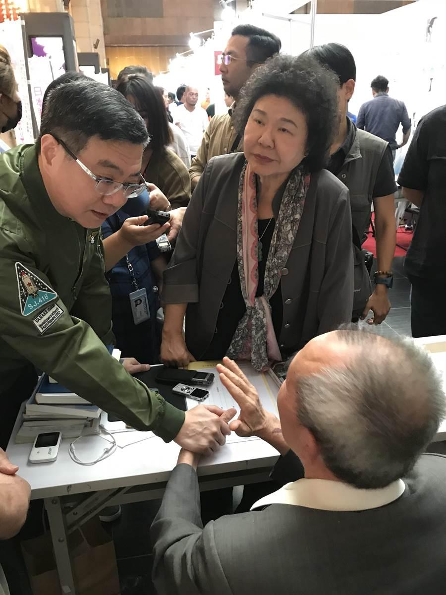 陳菊與卓榮泰探視絕食超過一個月的黃華。(曾薏蘋/攝)