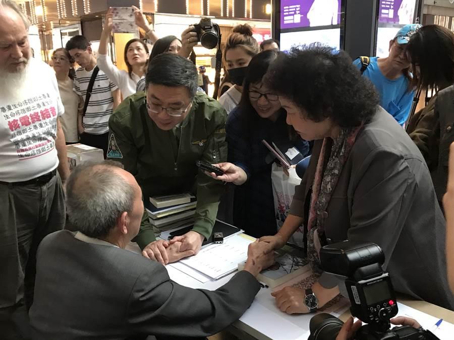 陳菊與卓榮泰日前探視絕食的黃華。(資料照片)