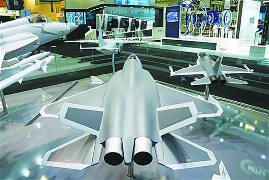 巴黎航展航空工業展台的隱形戰機模型引發關注。(取自環球網)