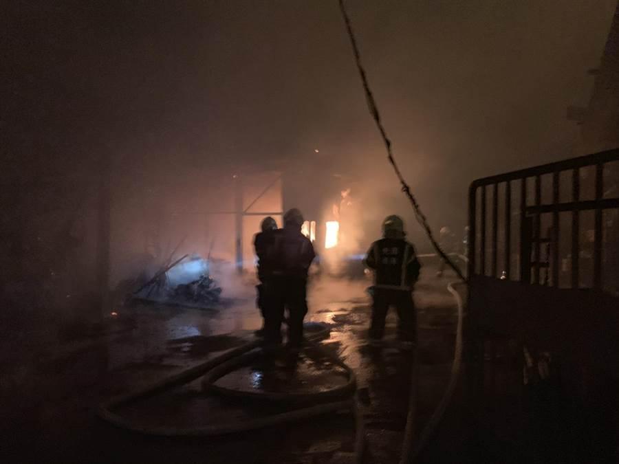 桃園市平鎮區一處工廠19日深夜火警,有老翁受困火場但消防人員迅速將他救出。(邱立雅翻攝)