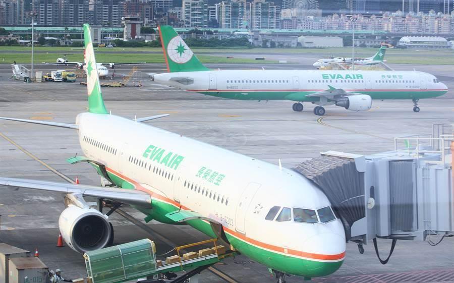 圖為長榮航空今從大陸重慶飛抵台北松山的班機。(張鎧乙攝)