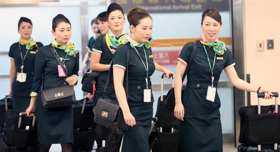 在松山機場內,一群結束飛行任務的長榮空服員正在走出機場。(范揚光攝)