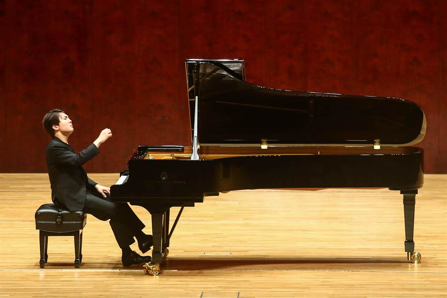蕭邦鋼琴大賽首獎得主趙成珍再次來台,20日晚間於國家音樂廳演奏舒伯特《流浪者幻想曲》,以及德布西多首曲目。(鄧博仁攝)
