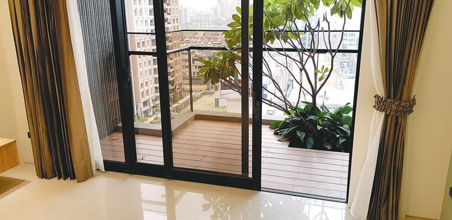 新住宅朝向全齡化發展,近期帶動新建材「無障礙窗」的銷售熱潮 ,不但成了新屋標準配備,也讓房屋銷售時更有賣點!圖/王妙琴