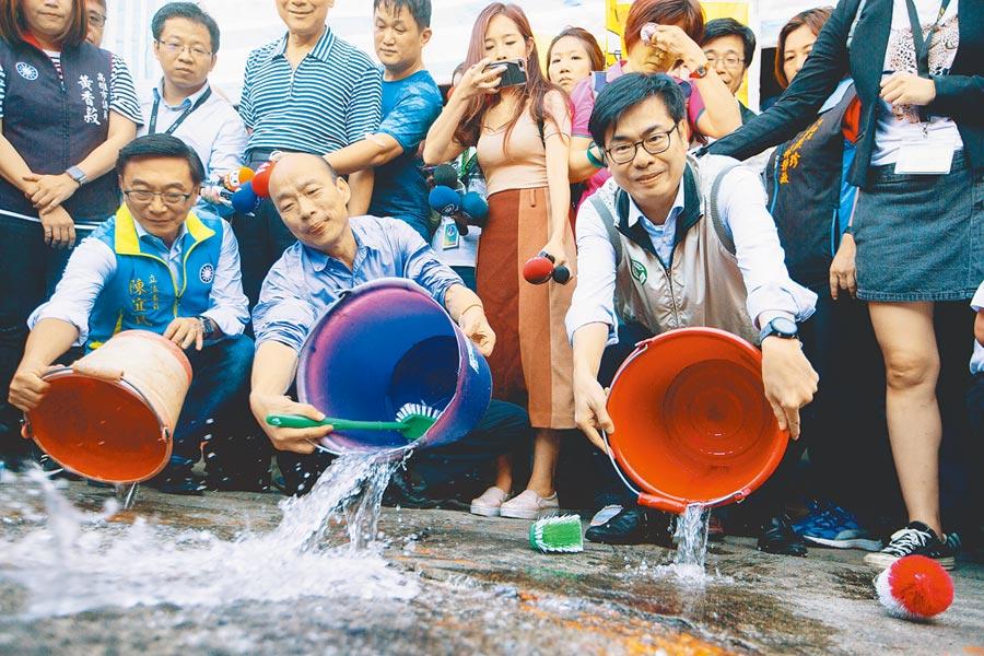 高雄市長韓國瑜(中)與行政院副院長陳其邁(右)共同視察金獅湖市場,兩人特別示範正確防疫的清除積水動作,呼籲市民勤加防範登革熱、避免疫情擴大。(袁庭堯攝)