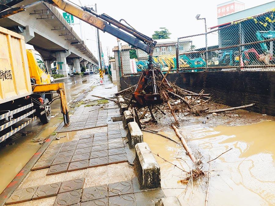 高雄市溝渠、橋下垃圾淤塞嚴重,市府水利局表示,今年溝渠清出的淤積量是去年3倍,令人咋舌。(高市府提供)