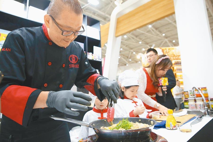 偏食是小朋友的通病,金蘭主廚魏韶璞現場示範提味料理,邀請親子同樂。(吳奕萱攝)