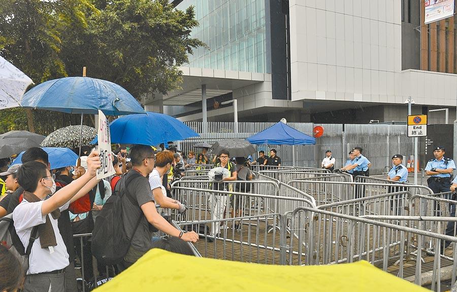 港民21日發起「不撤不散」進行更強烈抗爭。圖為6月17日,要求與林鄭月娥對話的示威者於特首辦門外與警員對峙。(中新社)